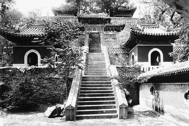 148. — Environs de Pékin. Temple de Hei-loung-tan.