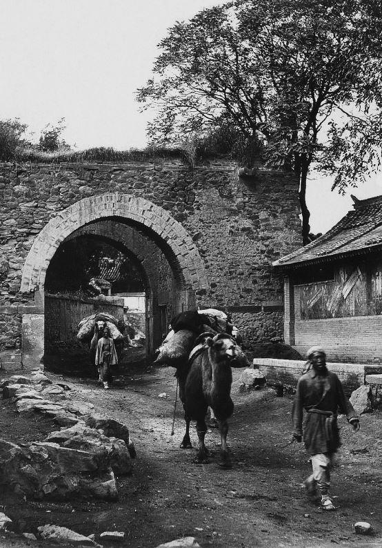 192. — Environs de Pékin. Porte à l'entrée d'un village.