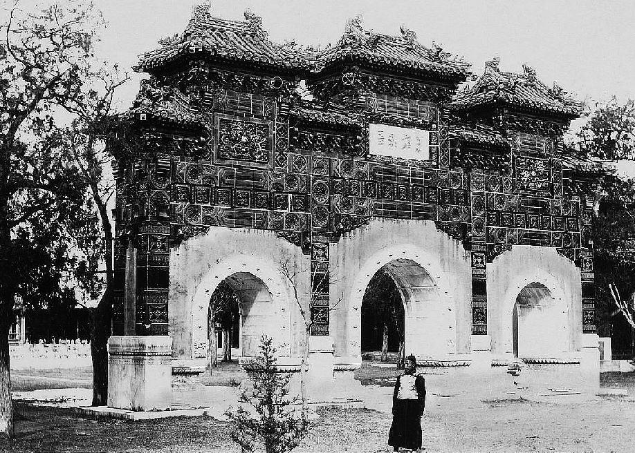 208. — Pékin. Portique au temple de Confucius, en tuile polychromes vernissées.