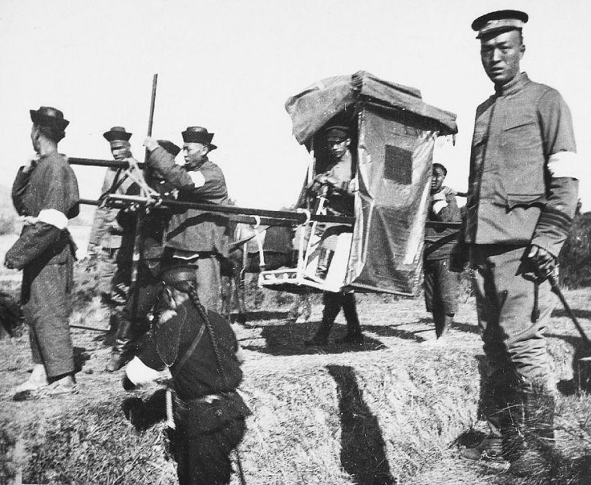 304. — Manœuvres de l'armée chinoise. Le général Yui-tchang, commandant un poste, dans sa chaise à porteurs ; un officier marche à ses côtés.
