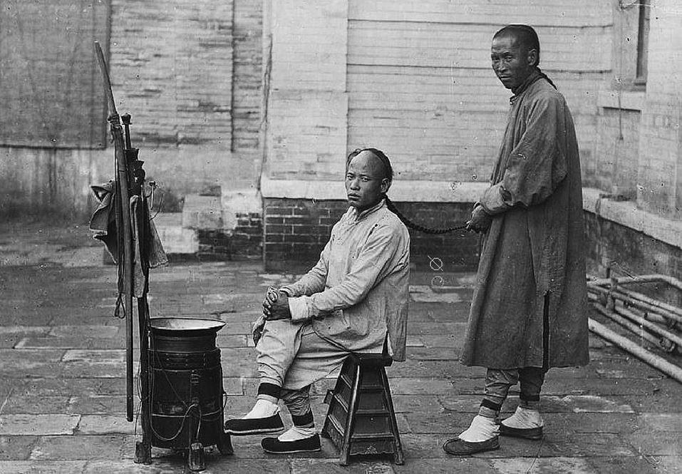 398. — Pékin. Coiffeur ambulant dans l'exercice de ses fonctions.