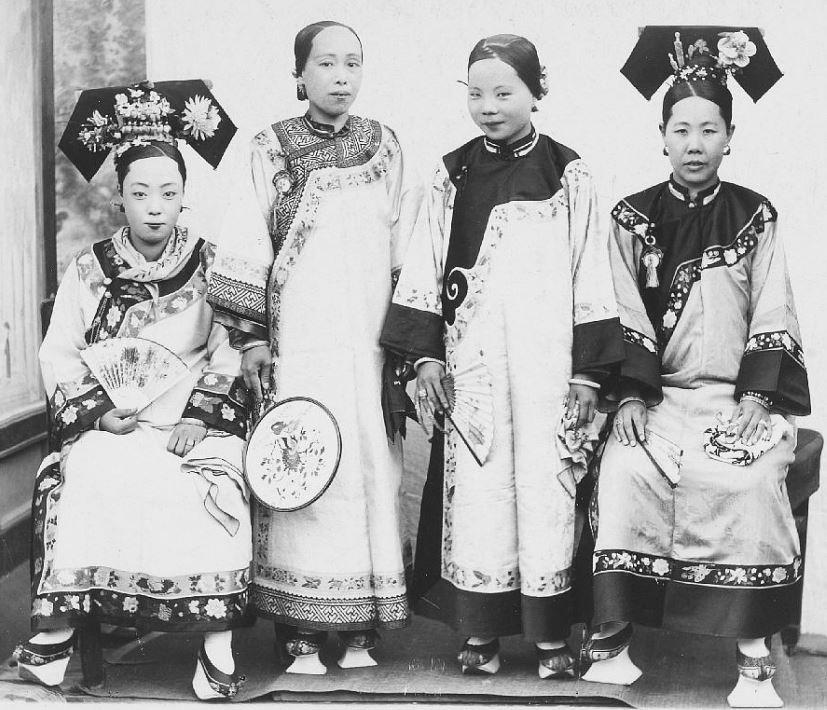 282. — Un groupe de femmes mandchoues en costume d'été et coiffure de ville et d'intérieur.