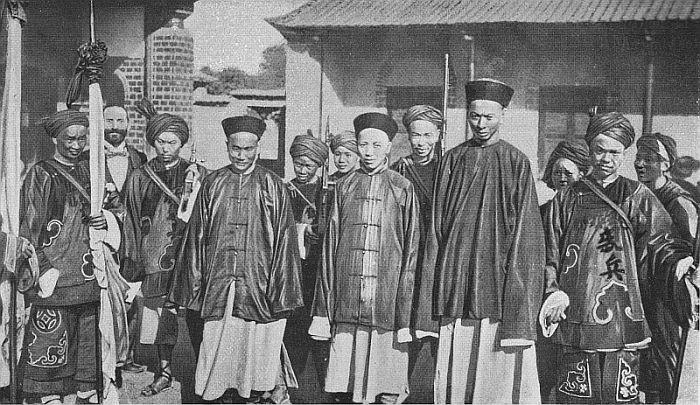 Mandarins militaires avec leurs porte-étendards.