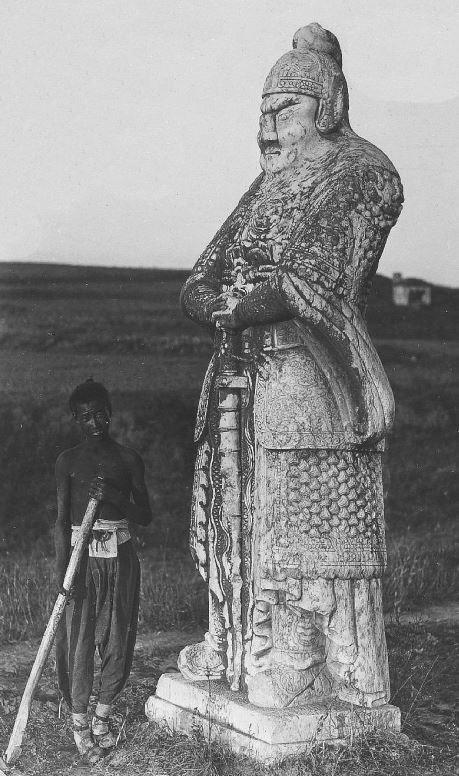 361. — Statue colossale en marbre dans les environs de Chan-Sin-Hien.
