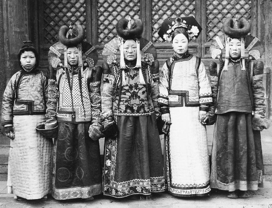 283. — Un groupe de princesses mongoles et deux femmes, l'une tartare et l'autre chinoise, en différents costumes.