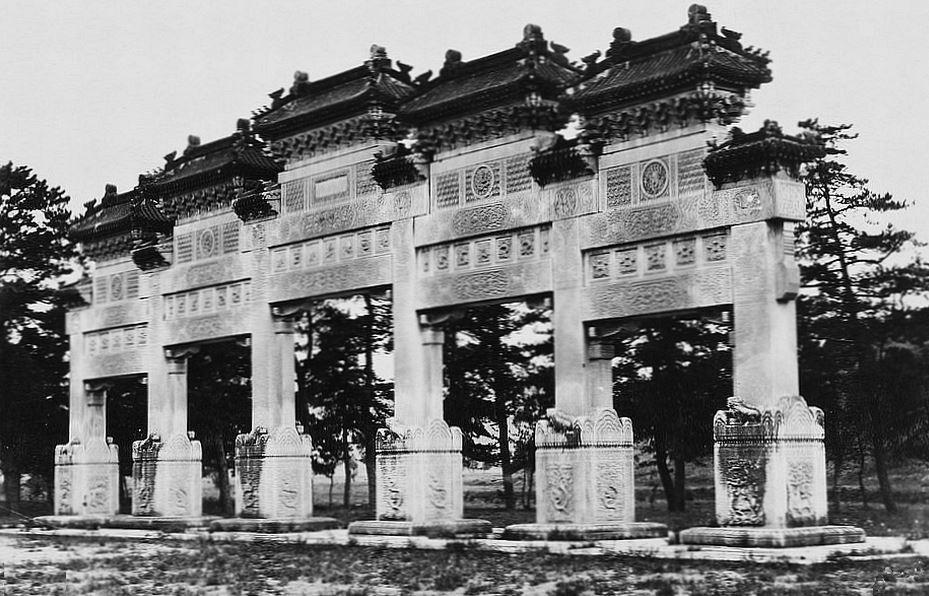 61. — Tombes impériales de Si-ling (ouest de Pékin). Portique en marbre au commencement de l'Avenue Sacrée.