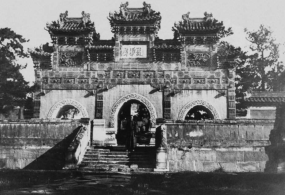 211. — Portique dans un temple de lamas à Jéhol (Mongolie).