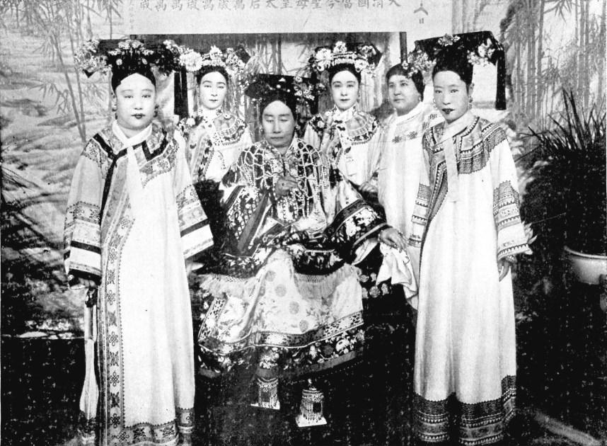 Sa Majesté l'impératrice douairière entourée de dames de la Cour (1903).