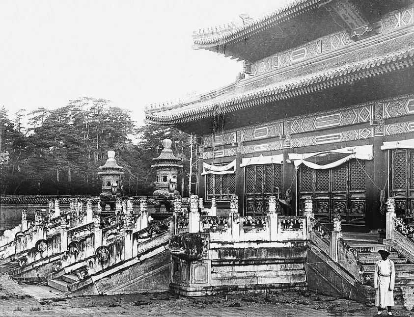 79. — Tombes impériales de Si-ling. Escaliers en marbre et brûle-parfums en bronze au bâtiment principal de la tombe de l'Empereur Young-tcheng.