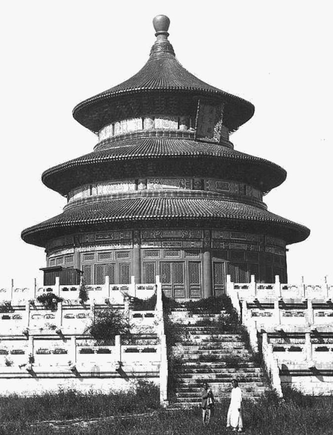 121. — Pékin. Temple du Ciel. Le grand temple Tso-min-tien construit par l'empereur Young-lo des Ming. Mesure environ 20 mètres de diamètre, recouvert en tuiles bleues. Trois esplanades rondes en marbre avec balustrades en marbre en font le tour.