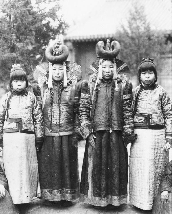 281. — Deux princesse mongoles en costume de cérémonie, et deux petites Chinoises.