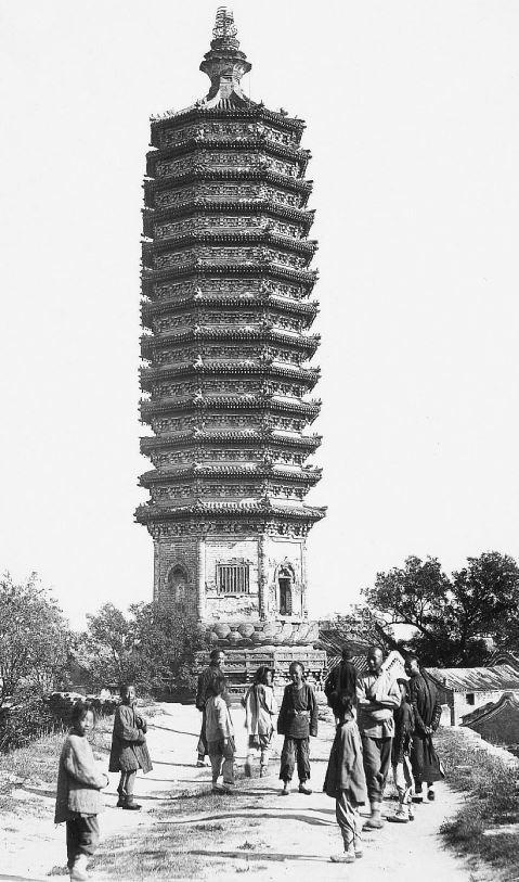 174. — Environs de Pékin. Tour à 13 étages de Tong-cheou, à l'extrémité du canal de ce nom.