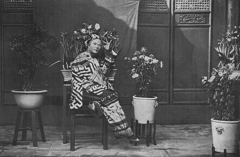 Une Chinoise dans son intérieur.