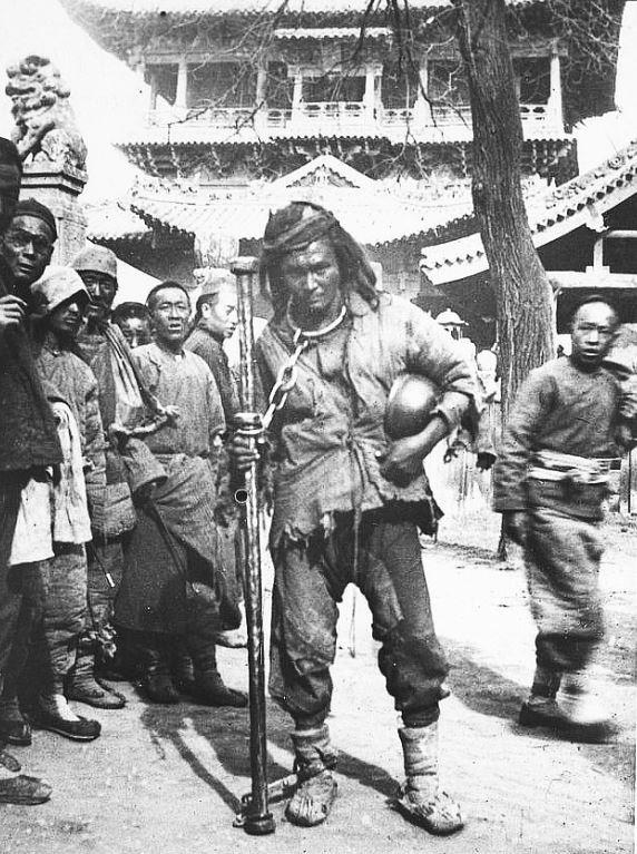 403. — Prisonnier chinois dans une localité du Cham-si, jouissant d'une liberté relative. Est autoriser à se promener avec la barre de fer à laquelle il est attaché.