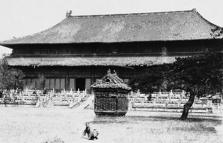 90. — Tombeaux des Ming. Four en briques vernissées polychromes devant le temple principal à la tombe de l'Empereur Young-lo.