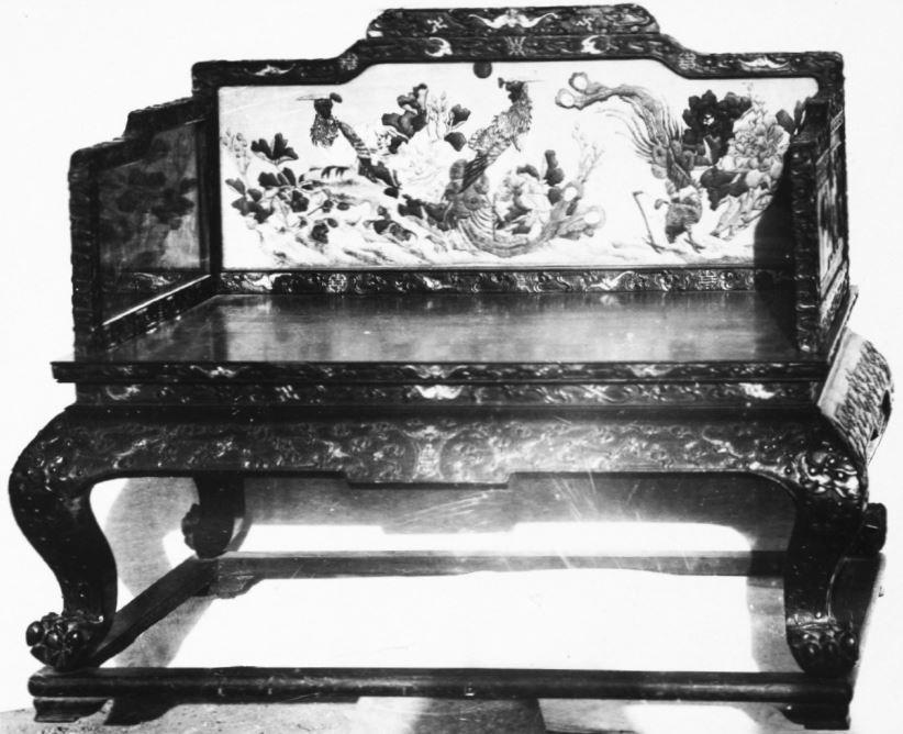 368. — Fauteuil en bois sculpté provenant du palais impérial.