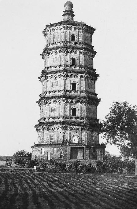 172. — Environs de Pékin. Belle tour isolée ; le temple dont elle faisait partie a disparu.
