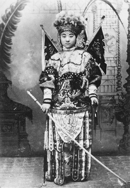 284. — Théâtre. Un jeune acteur en costume de scène.