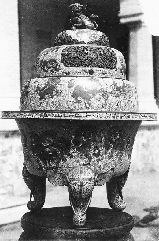 364. — Brûle-parfums en cloisonné de Pékin, mesurant plus d'un mètre de haut.