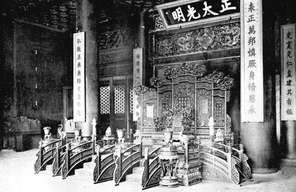 L'estrade impériale dans la salle K'ien-Ts'ing.