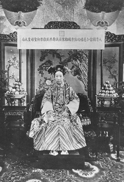 238. — S. M. l'Impératrice Tseu-hi en costume de cour. Comme elle aimait tout particulièrement l'odeur des pommes, elle en avait toujours deux grands plats à côté d'elle.