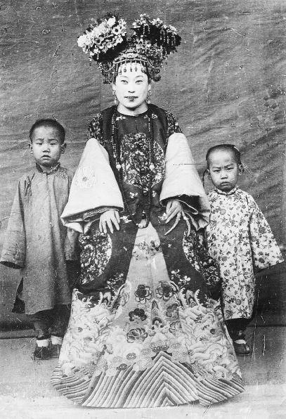 243. — Princesse tartare en costume de grande cérémonie, et ses deux fils.