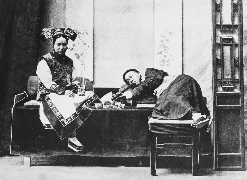 312. — Une fumerie d'opium.
