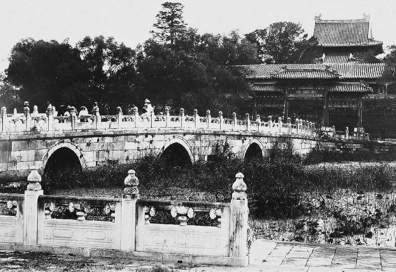 8. — Pékin. Palais impérial. Le pont de marbre sur la rivière d'Or.