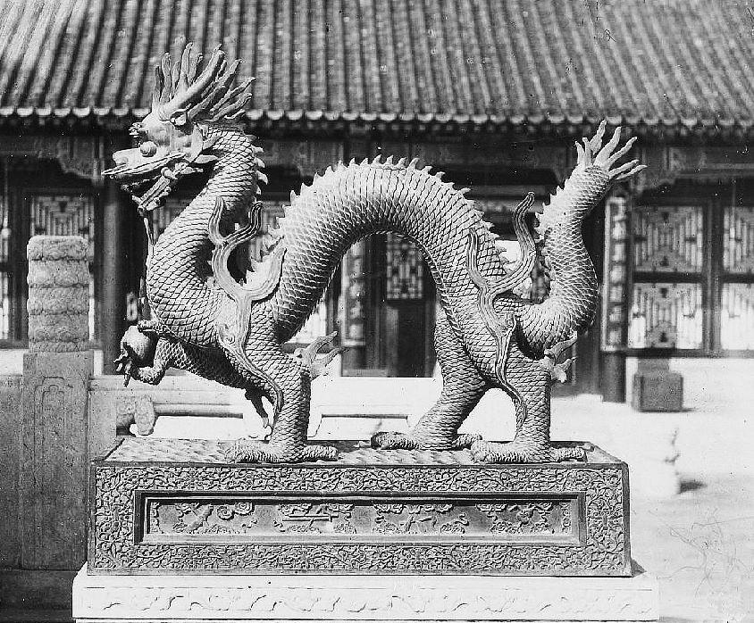 36. — Palais d'Été. Chimère sur socle en bronze et piédestal en marbre situés devant le palais de l'Impératrice Tseu-hi.