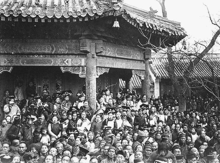 114. — Temple des lamas. Détails de la charpente d'un bâtiment chinois. La foule, un jour de fête des lamas.