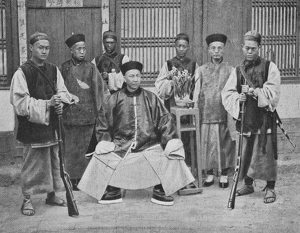 Le général commandant à Yun-Nan-Sen et son état-major.