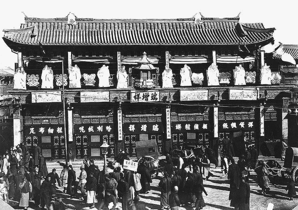 373. — Pékin. Une des plus belles maisons de commerçants de la ville chinoise, décorée à l'occasion de la fête des Lanternes.