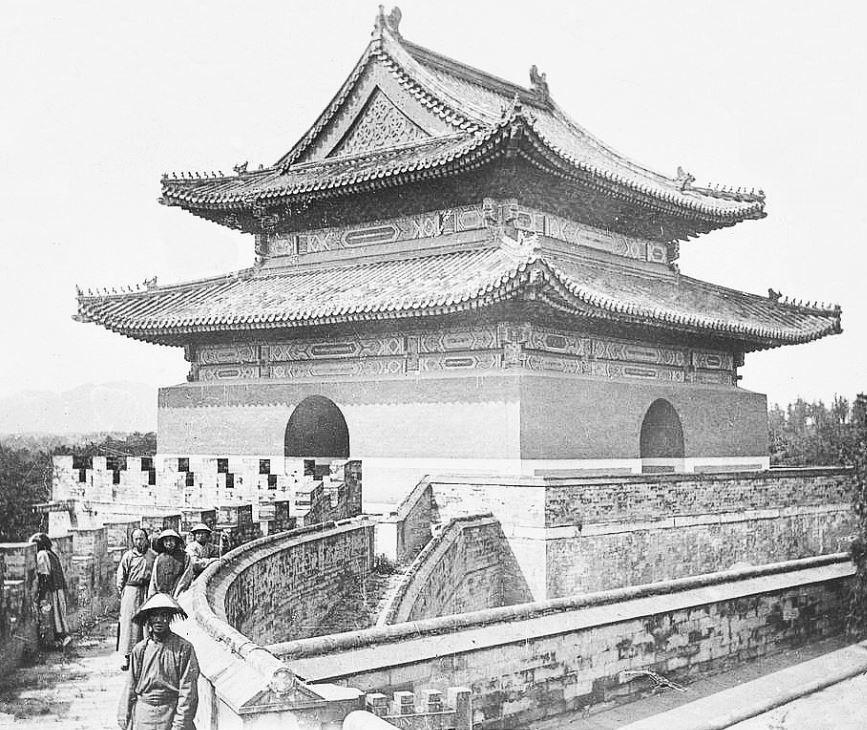 85. — Tombes impériales de Si-ling. Pavillon derrière lequel est placé le cercueil.