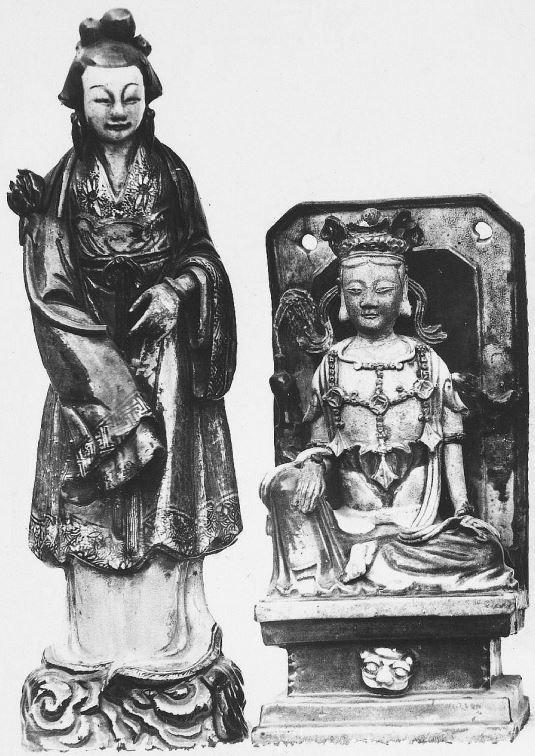 334. — Statuettes en porcelaine ancienne, datant de l'époque des Ming.
