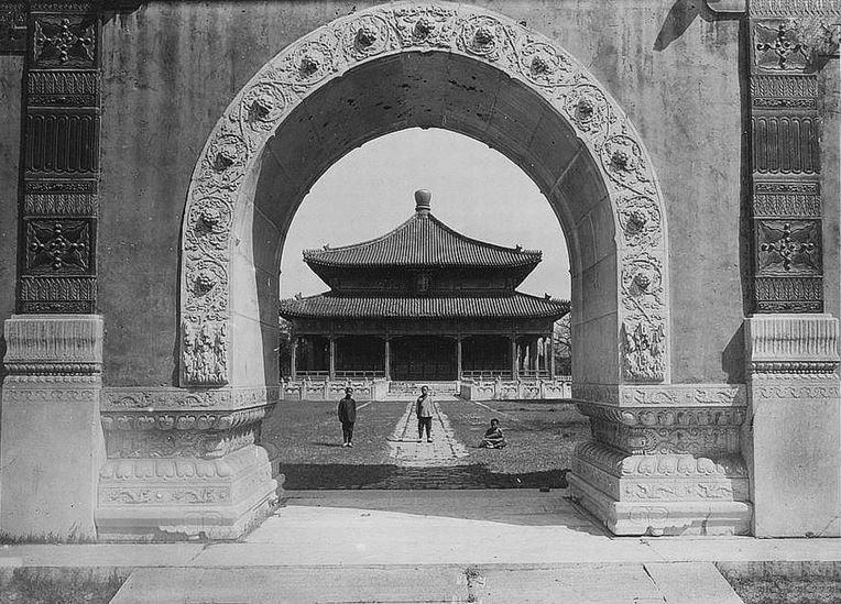 140. — Pékin. Temple de Confucius. Vue de l'arche centrale du portique.
