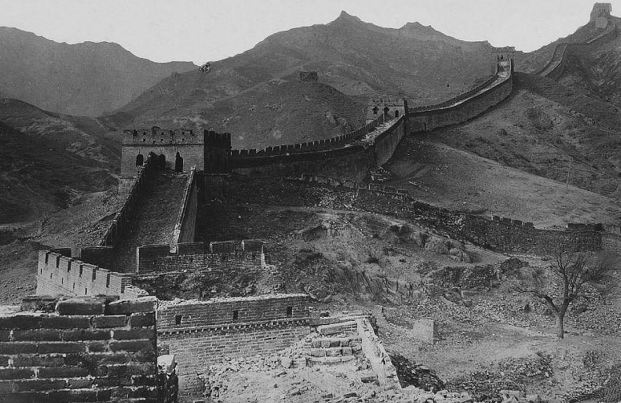 204. — La Grande muraille couronnant la crête des montagnes, à la sortie de la passe de Nan-kow.