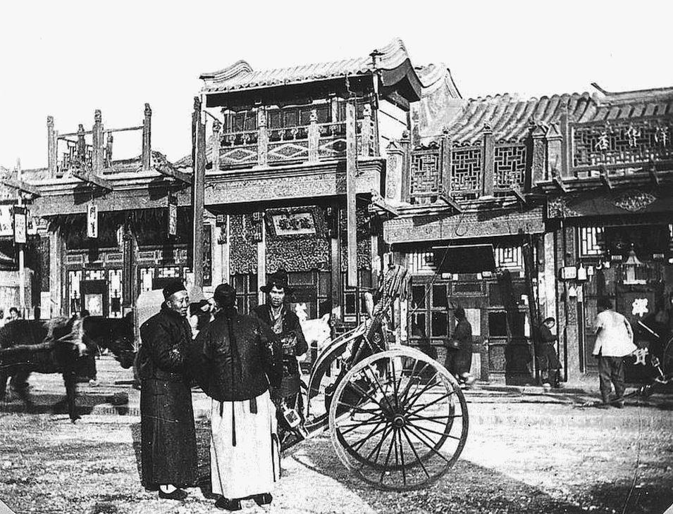 375. — Pékin. Maison de commerçants dans la rue Ha-ta-men.