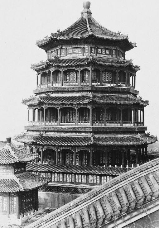 33. — Palais d'Été. La tour principale octogonale de quatre étages dont la vue s'étend à plusieurs kilomètres de distance.