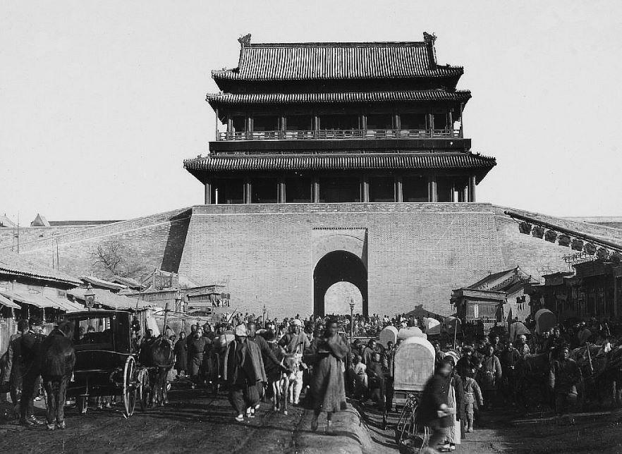 191. — Pékin. Ha-ta-men. La grande porte au sud-est de la ville tartare pour aller dans la ville chinoise.