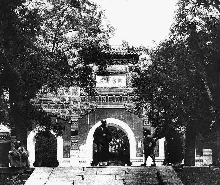 146. — Environs de Pékin. Temple de Ouo-fo-sen. Portique à l'entrée du temple.