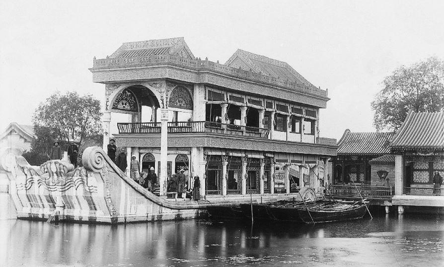 """47. — Palais d'Été. La jonque de marbre. Servait jadis de """"tea-room"""" les jours de réception du corps diplomatique. Date de Kien-loung."""