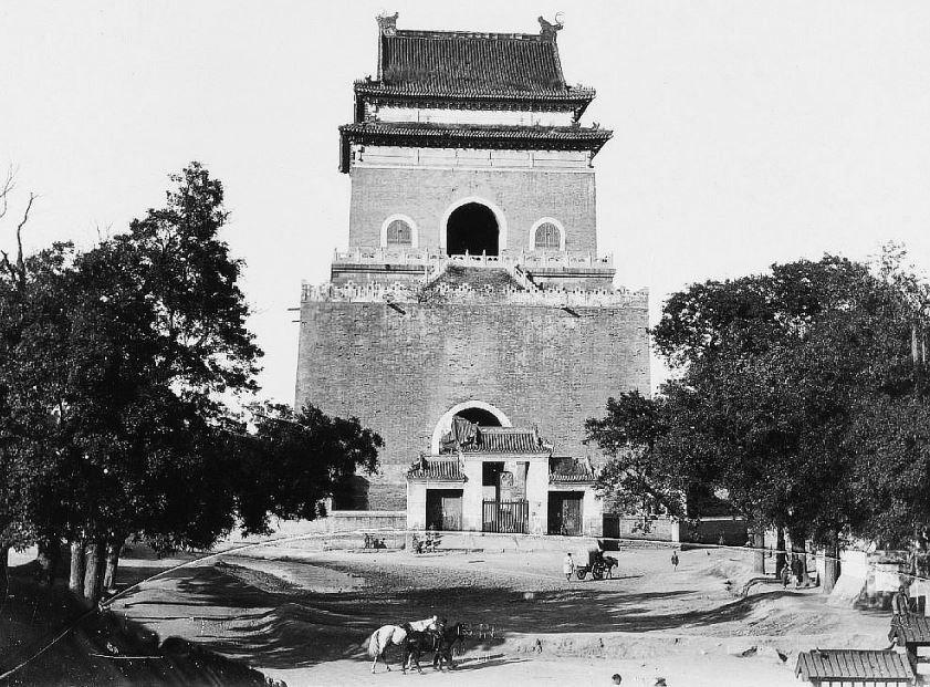 164. — Pékin. La tour du tambour, au centre de la ville tartare. Un escalier permet de monter jusqu'à la plate-forme.