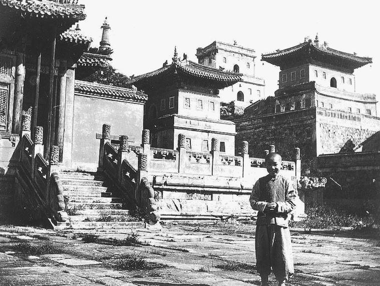 135. — Vue prise dans un temple de lamas à Jéhol, région de Mongolie, nord-est de Pékin. Vue d'ensemble des constructions.