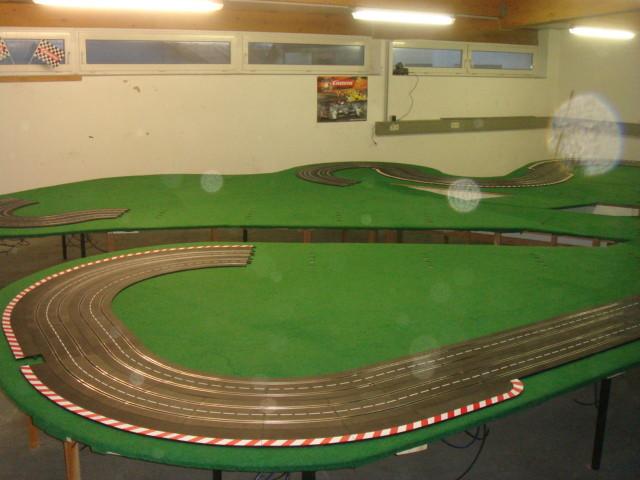 Die Bahn wird auf dem Teppich sowie auf der Unterkonstruktion aufgebaut und verschraubt