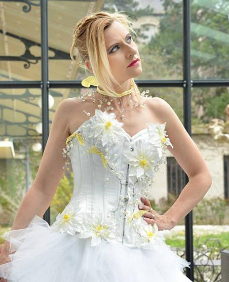 Corset en satin blanc et fleurs création Sylvie Berry Couture