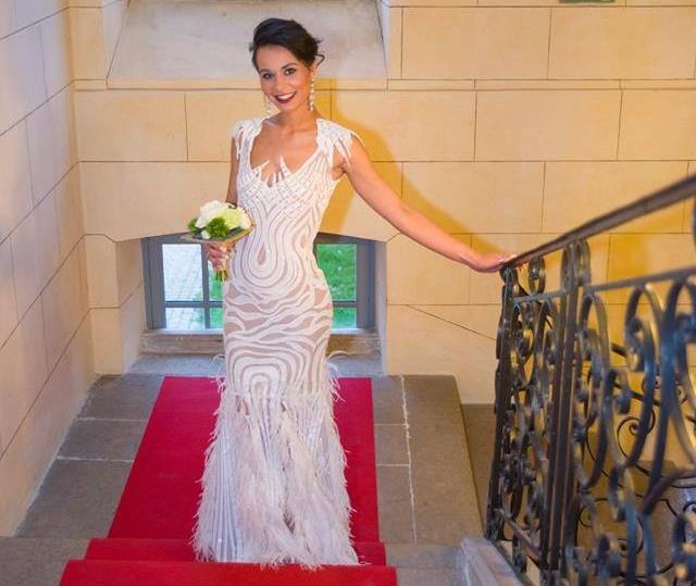 Robe de mariée en paillettes et plumes création Sylvie Berry