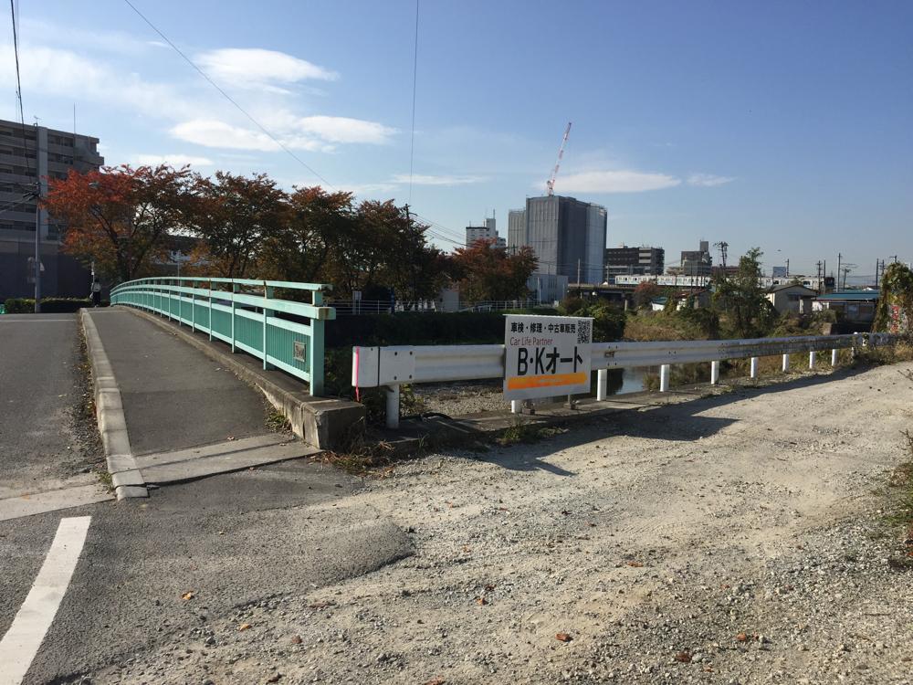 新田側より45号線へ向かい梅田川手前右側の看板が目印