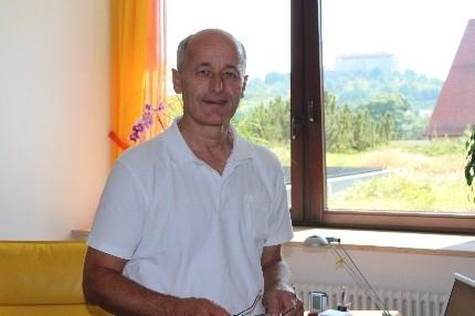 Bild: Dr. Helmut Beuttler in der seiner Praxis in Ellwangen