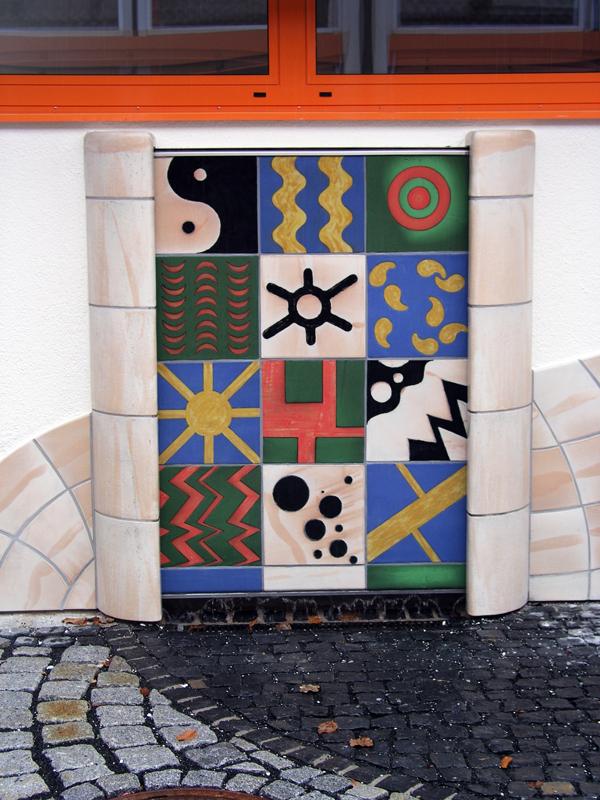 Keramik Brunnen, handbemalte Wasserwand,  Schule in Elsenfeld
