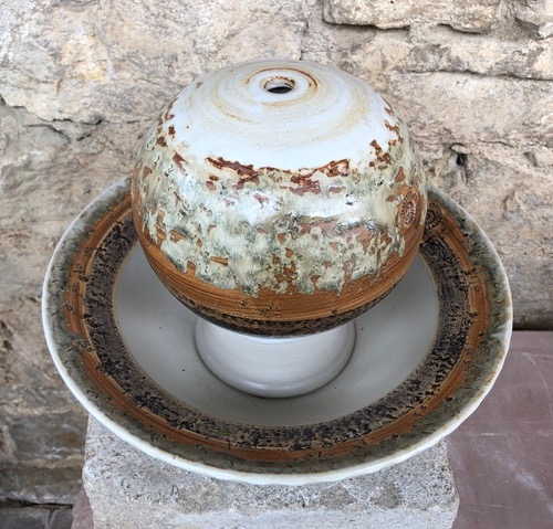 Keramik Zimmerbrunnen, Tischbrunnen Kugel ø ca. 18 cm, Schale mit Fahne ø ca. 32 cm, Dekor Basalt